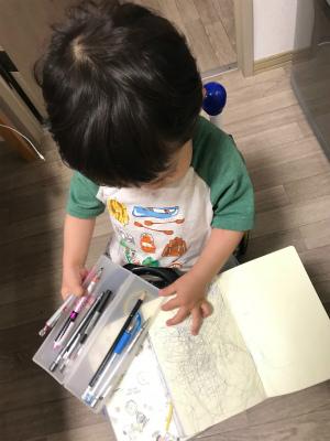 スケジュール帳とペンケースを出す息子