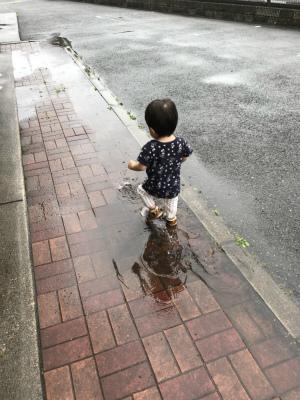 水たまりで遊ぶ息子
