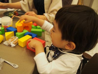 ブロック遊びをする息子