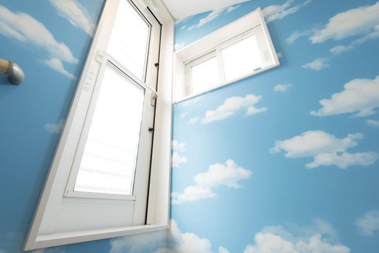青空リビングのイメージが広がる入口の壁紙♪
