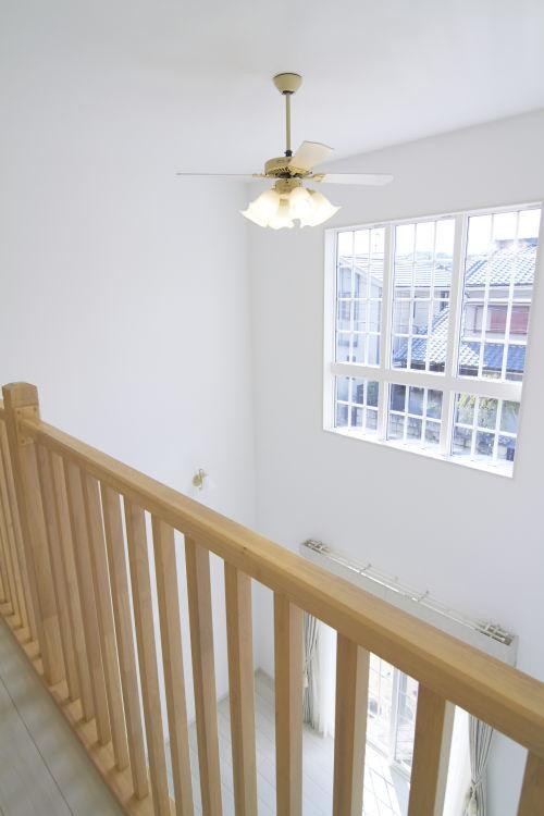 2階廊下は手すりを縦格子にして、オシャレな雰囲気に♪
