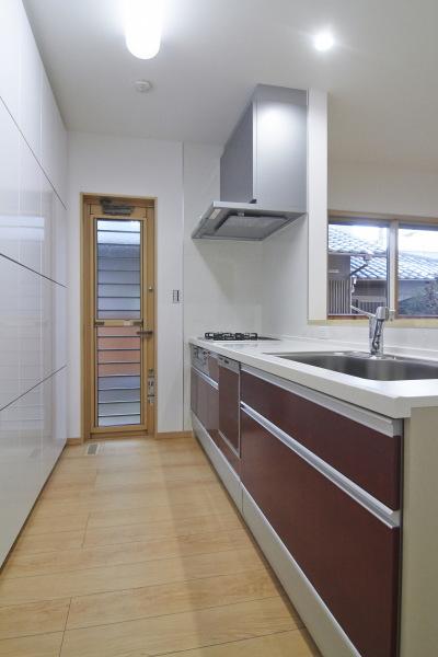 キッチン扉に深みのある色を使ったキッチンでキュッと空間が引き締まります
